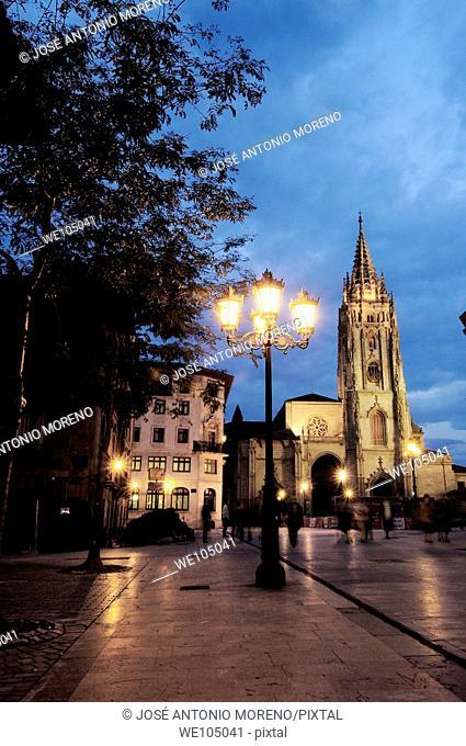 Cathedral in Plaza de Alfonso II el Casto at dusk, Oviedo, Asturias, Spain