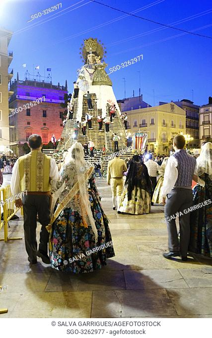 The fallera and the falleros deliver the flowers very excited. Each fallera carries a bouquet of keys that adorn a mosaic of the coat of the Virgen de los...