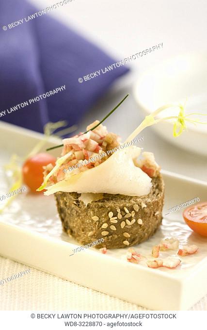 Montadito de bacalao ahumado con vinagreta de centollo