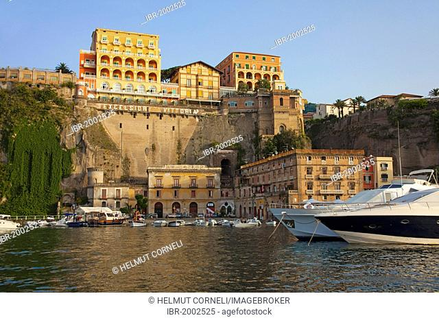 Evening light over the Marina Grande, hotels on the cliffs, Excelsior Vittoria, Sorrento, Peninsula of Sorrento, Gulf of Naples, Campania, Italy