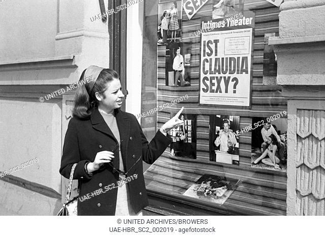 Die deutsche Schauspielerin Susanne Göhning unterwegs in München, Deutschland 1960er Jahre. German actress Susanne Goehning out and about at the city of Munich