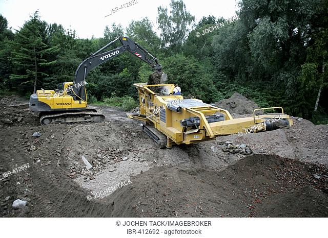 Excavation for the foundation of a new house, seperating and preparing the building rubble, Essen- Stoppenberg, Essen, North Rhine-Westphalia, Germany