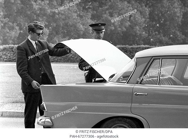 "A German car is searched after Daniel Cohn-Bendit at the border checkpoint Kehl. Daniel-Cohn Bendit's attempt to enter France across the border """"Goldene..."