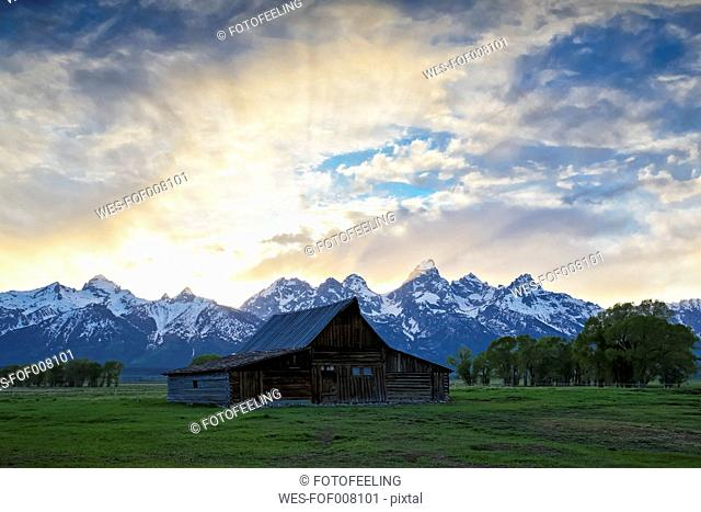 USA, Wyoming, Grand Teton National Park, Small log cabin near Jackson Hole