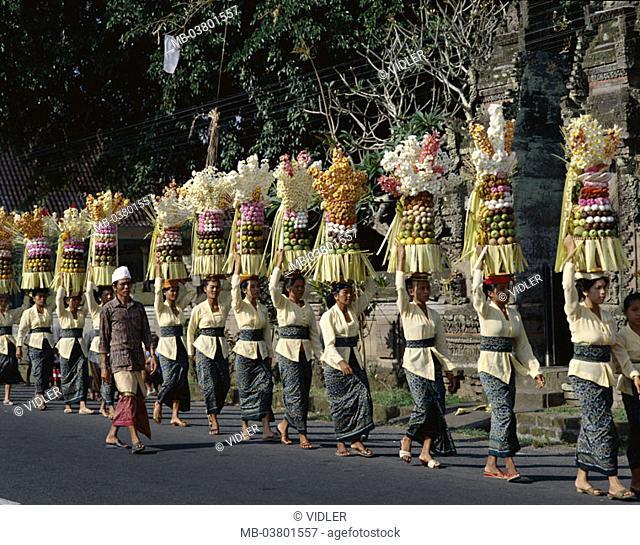 Indonesia, Bali, festival Odalan,  Street, women, sacrifices  Little one Sundainseln, island, holiday, temple holiday, Balinesinnen, natives, uniform, going