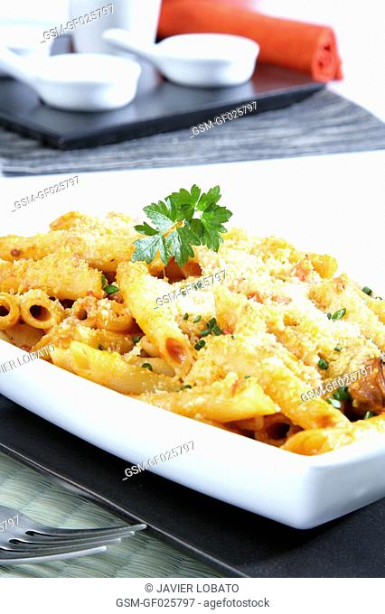 Penne au gratin with fish, seafood and grated cheese