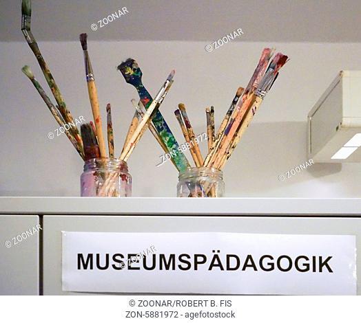 Malerpinsel stecken in Gläsern über dem Schild Museumspädagogik, Foto: Robert B. Fishman, 26.4.2014