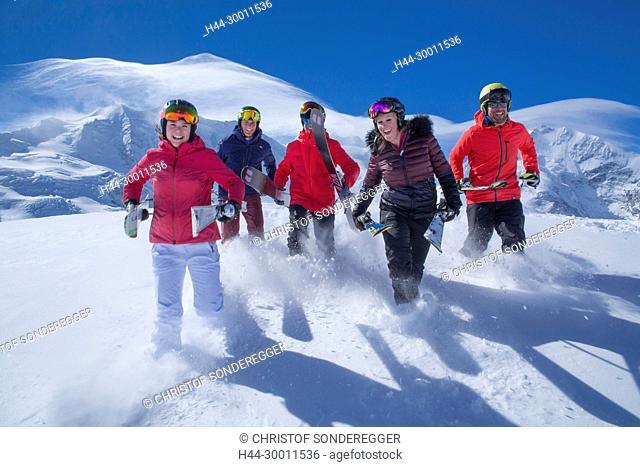 Gruppe mit Skil auf Diavolezza vor Piz Palü und Piz Bernina
