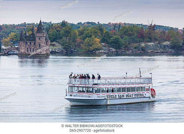 USA, New York, Thousand Islands Region, Alexandria Bay, tourboat and Boldt Castle