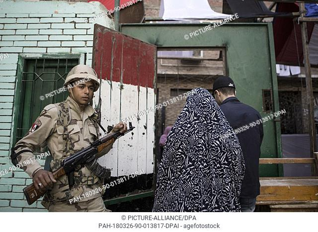 dpatop - A member of security forces stands guard on the first day of the 2018 Egyptian presidential elections, at a polling station, in Cairo, Egypt