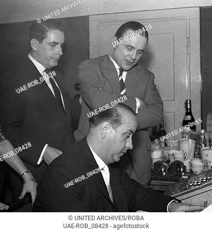 Organisatorisches vor einem Kegelabend eines gemischten Kegelclubs mit Damen, Deutschland 1960er Jahre. Some organzations before a ninepins event of a mixed...