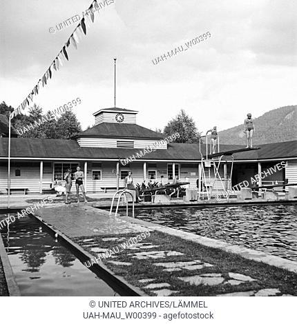 Gäste in einem Schwimmbad, Deutschland 1930er Jahre. Guests at a public pool, Germany 1930s