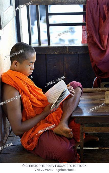 Myanmar, Kayin (Karen) State, Hpa-An surroundings, Bayinnyi monastery, Monk reading