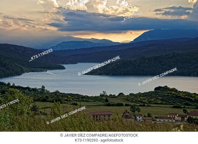 Requejada Reservoir. Fuentes Carrionas y Fuente Cobre-Montaña Palentina Natural Park. Palencia province. Castilla y Leon. Spain