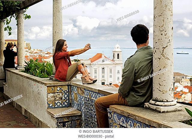 Portugal, Lisboa, Alfama, Miradouro de Santa Luzia, young couple looking at view