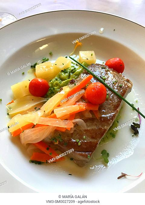 Tuna loin with vegetables