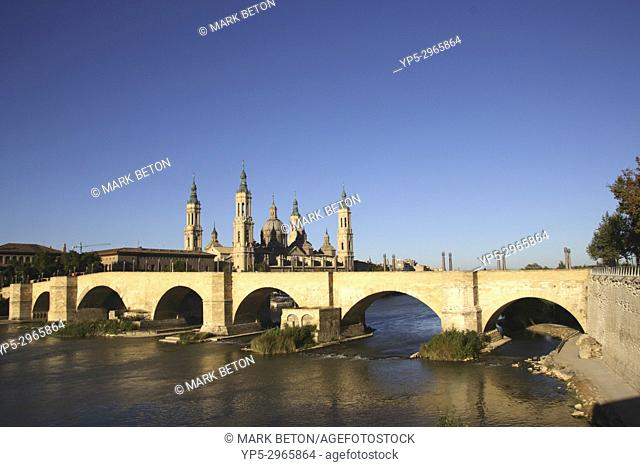 Puente de Piedra Stone Bridge and Basílica de Nuestra Senora del Pilar Zaragoza Spain