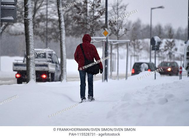 Snow chaos on the streets of Bavaria - as here in Munich Riem, the commuter traffic, commuters on snow-slick streets - probably the one who comes to his work on...