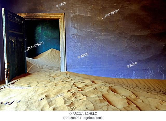 Building taken over by sand from the desert, former diamond mining town, now ghost town, Kolmanskop, Luderitz, Karas Region, Namibia, Lüderitz
