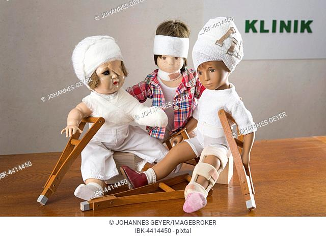 Three dolls sitting, bandages on head, leg splint, crutches, eye patches, Armverband, shoulder bandage and frill, rear shield clinic
