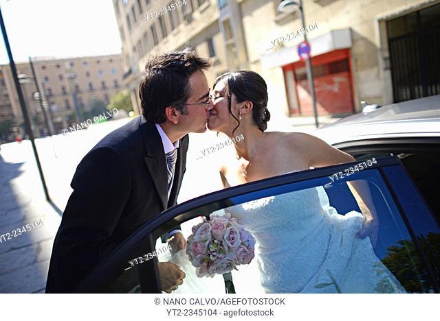 Latin bride gets in wedding car