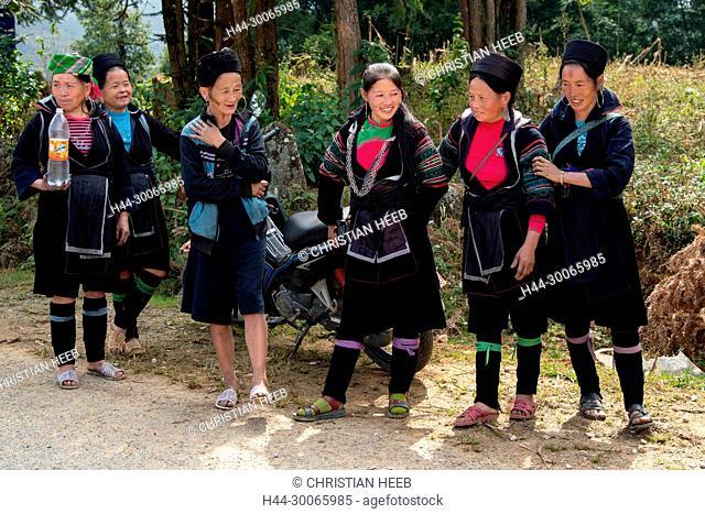 Asia, Asien, Southeast Asia, Vietnam, Northern, Hoàng Liên Son Mountains, Sa Pa, Hill tribe women drinking