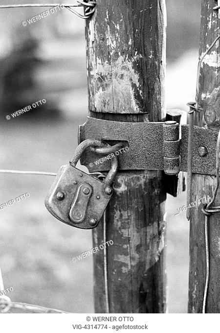 Seventies, black and white photo, symbolic, padlock at a wooden fence, metal fittings - , Nordrhein-Westfalen, Germany, 29/12/1977