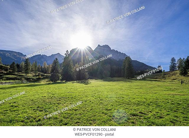 Germany, Bavaria, Garmisch-Partenkirchen, Grainau, Wetterstein mountains in autumn