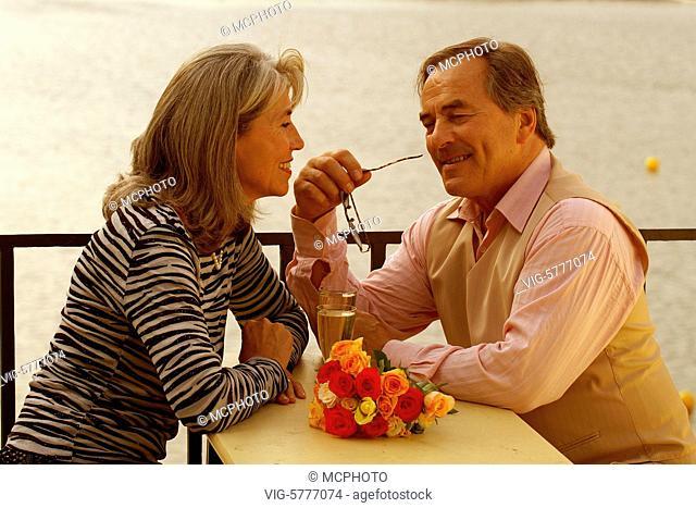 Ein verliebtes aelteres Paar sitzt am Wasser, Hamburg 2006 - Hamburg, Germany, 11/09/2006