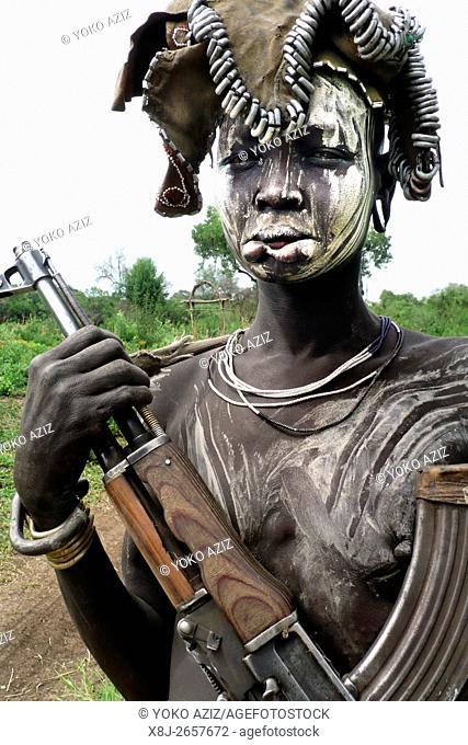 giovane donna mursi con kalashnikov (Mursi-Mago National Park)