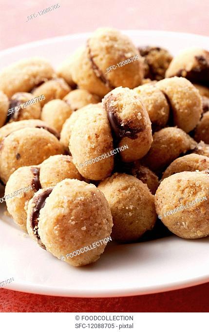 Baci di dama (Italian hazelnut biscuits with a chocolate filling)
