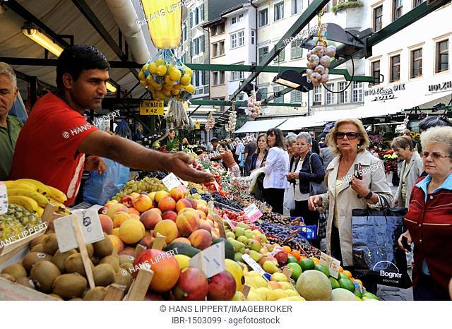 Fruit market in Bolzano, South Tyrol, Tyrol, Italy, Europe