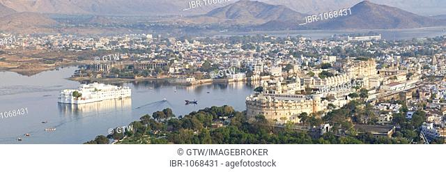 City Palace and Lake Pichola, Udaipur, Rajasthan, India, South Asia