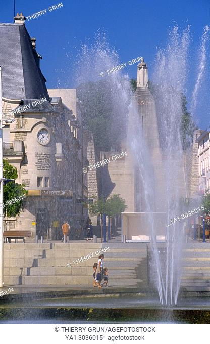 France, Meuse (55), Verdun town, fountain and back Victory monument