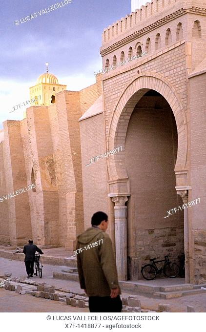 Tunez: Kairouan  Rue Ibrahim and facade of the Great Mosque