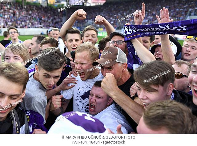 jubilation, cheered, cheer, joy, emotion, cheer, cheer, rejoice, joy, emotions, emotional. Soeren Bertram (Aue) celebrates with fans GES / Football /...