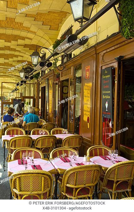 Restaurant under the arcades, Place des Vosges, Le Marais, Paris, France
