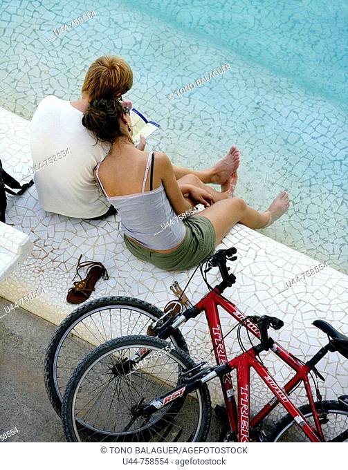 Couple with bycicles having a rest on the water