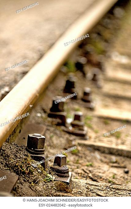 Rails, track body with screws