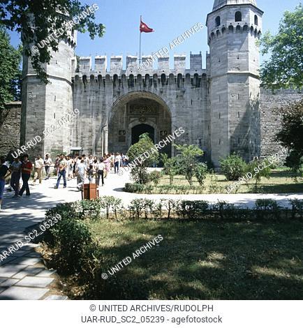 Eingang zum Topkapi Palast in Istanbul, Türkei 1980er Jahre. Entrance to Topkapi palace at Istanbul, Turkey 1980s