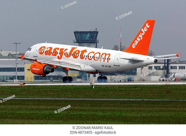 Ein zweistrahliges Verkehrsflugzeug vom Typ Airbus A319-111 ( HB-JZT ) der Fluggesellschaft EasyJet Airline landet am Flughafen Dresden - Klotzsche
