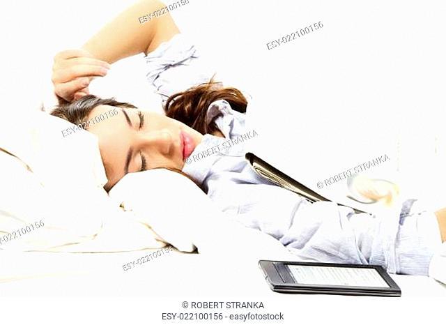 frau ist beim zeitung lesen eingeschlafen