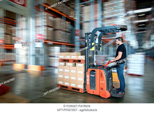 MERCHANDISE TRANSPORT FORKLIFT FOR ORDERS FOR THE XPO LOGISTICS COMPANY EUROPE, LOGISTICS PLATFORM OF POUPRY (28), FRANCE