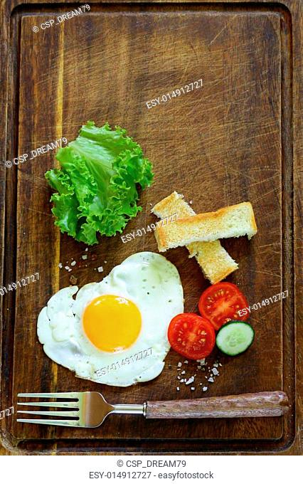fried egg with fresh vegetables