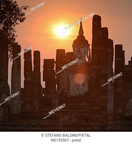 Wat Mahatat at sunset, Sukhothai historical park, Sukhothai, Thailand