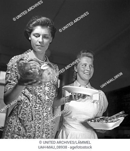 """Frauen üben sich in der Hauswirtschaft in einer der BDM Arbeitsgemeinschaften """"""""Kochen"""""""", Deutschland 1930er Jahre. Women exercising and practizing domestic..."""