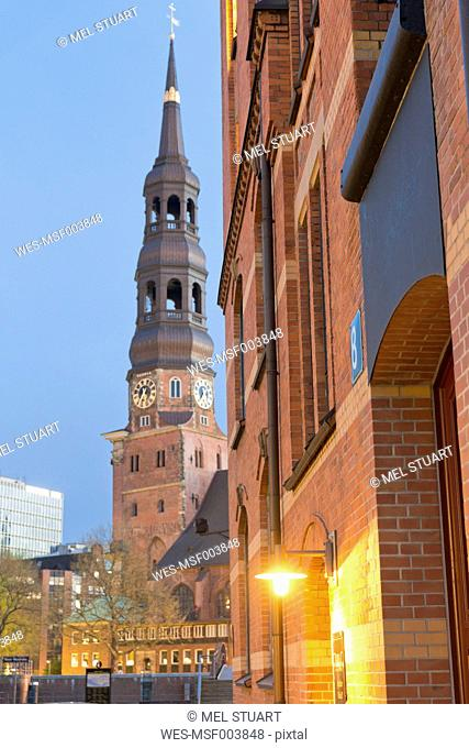 Germany, Hamburg, St. Catherine's Church and warehouse in Speicherstadt