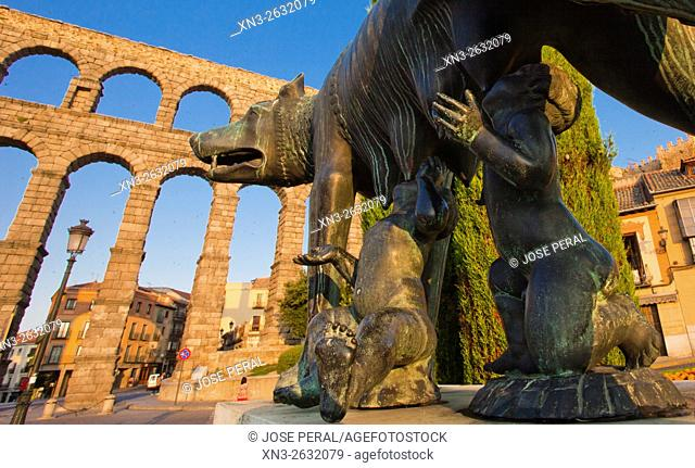 Statue of Romulus and Remus suckled by a she-wolf, Roman Aqueduct, Artilleria Square, Segovia, Castilla León, Castile and León, Spain, Europe