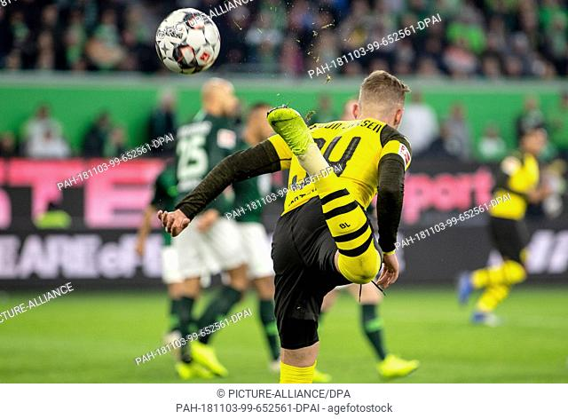 03 November 2018, Lower Saxony, Wolfsburg: Soccer: Bundesliga, 10th matchday, VfL Wolfsburg - Borussia Dortmund. Dortmund's Jacob Bruun Larsen plays the ball