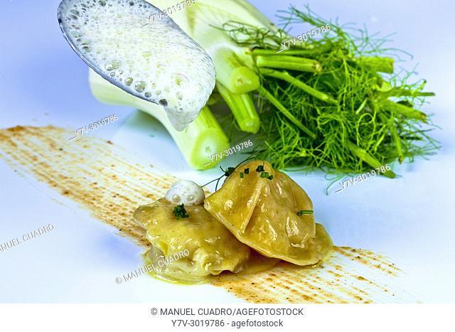 Ravioli de cigala con sopa de hinojo y praline de avellanas